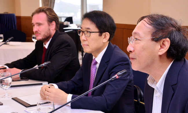 From left are Christoph Grabitz, director of KAS Media Asia, Chon Shi-yong, chief editorial writer at The Korea Herald, and Pana Janviroj, executive director of Asia News Network. (Park Hyun-koo/The Korea Herald)