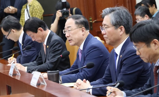 Deputy Prime Minister and Finance Minister Hong Nam-ki (center) speaks during an emergency meeting held after the Bank of Korea`s GDP estimate announcement on Thursday. (Yonhap)
