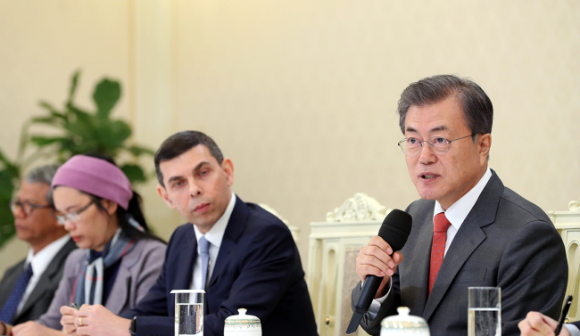 President Moon Jae-in addresses members of Asia News Network at a meeting in Cheong Wa Dae on Thursday. Cheong Wa Dae