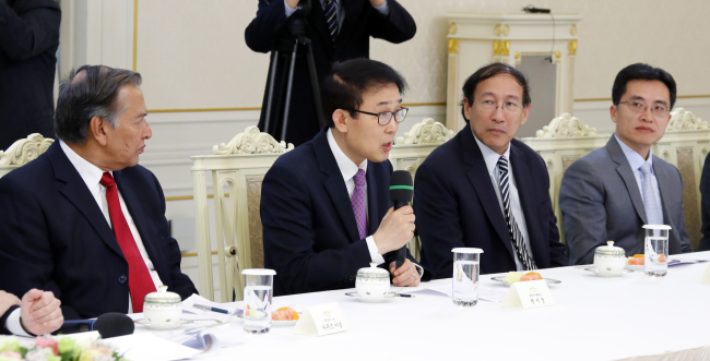 Chon Shi-yong, editorial director of The Korea Herald and chairman of ANN board of directors, addresses President Moon Jae-in on Thursday. Yonhap