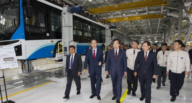 Prime Minister Lee Nak-yon (C) tours a factory of the country`s leading carmaker Hyundai Motor Co. in Jeonju, some 243 kilometers south of Seoul, where a hydrogen fuel cell bus is being produced, on April 25, 2019, in this photo, provided by Hyundai Motor. (Yonhap)
