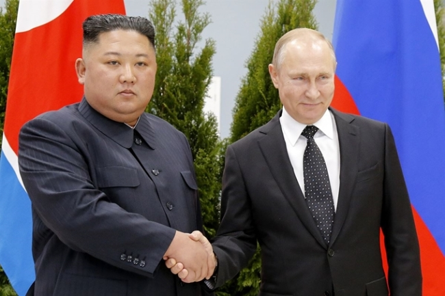 Russian President Vladimir Putin and North Korea`s leader Kim Jong-un shake hands during their meeting Thursday, April 25, 2019, in Vladivostok, Russia. (Yonhap)