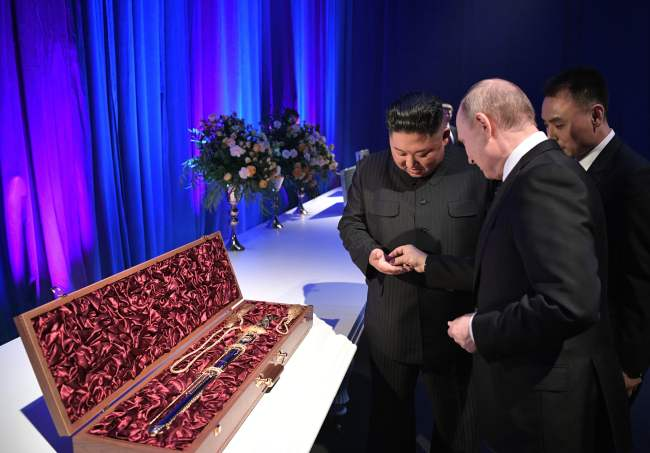 Russian President Vladimir Putin and North Korean leader Kim Jong Un exchange gifts following their talks at the Far Eastern Federal University campus on Russky island in the far-eastern Russian port of Vladivostok on Thursday. (AFP-Yonhap)