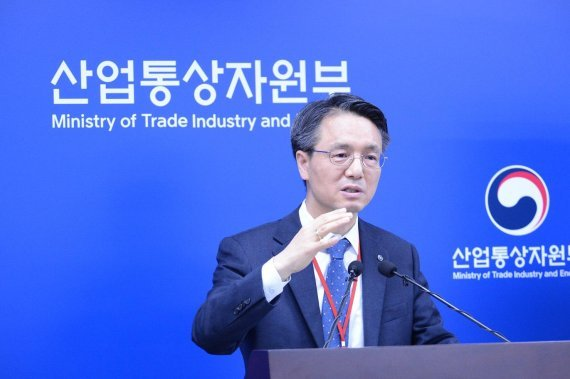 Kogas CEO Kim Young-doo presents the public firm's hydrogen plan at the government complex in Sejong on Friday. (Kogas)