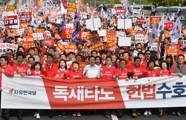 Main opposition Liberty Korea Partystaged asecond rally against fast-tracking of reform bills on Saturday at Gwanghwamun in central Seoul. (Yonhap)