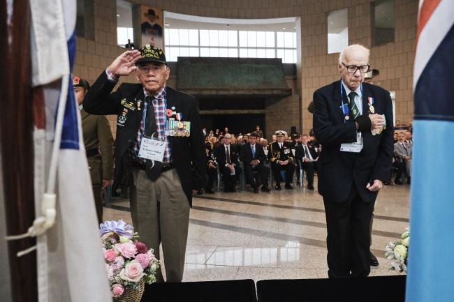 Korean War veterans Benjamin Thomas from New Zealand (left) and Aurthur Alsop from Australia lay wreathes during an Anzac Day celebration at the War Memorial of Korea in Seoul on Thursday. (Australian Embassy of Korea)
