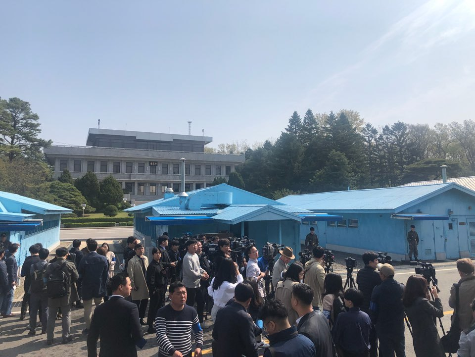 Reporters from South Korean and foreign news outlets stands on the southern side of the Joint Security Area in the Demilitarized Zone on Wednesday. (Jo He-rim/The Korea Herald)