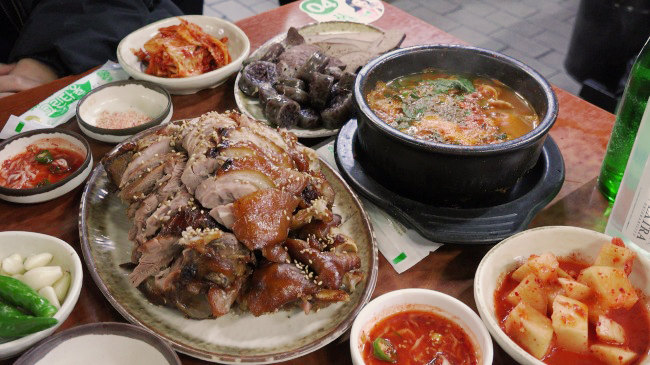 Jokbal is served at a restaurant along Gongdeok Market's Jokbal Alley in Gongdeok-dong, western Seoul. (Lee So-jung / The Korea Herald)