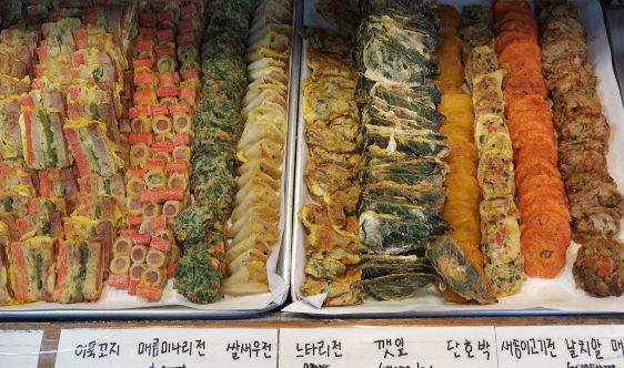 Different varieties of jeon are laid out on the stands in front of eateries along Jeon Alley. (Lee So-jung / The Korea Herald)