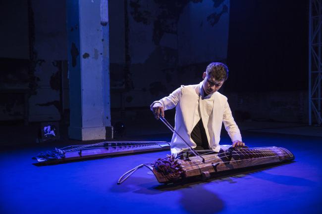 Park Woo-jae uses a violin bow to play the geomungo. (Seoul Namsan Gukakdang)