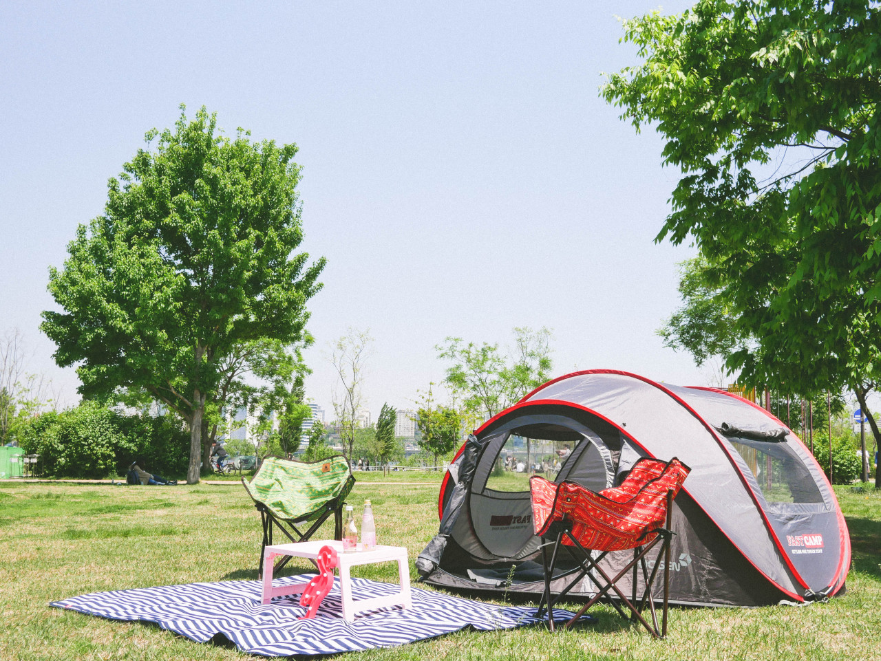 Camping rentals, such as Sudden Picnic, flourish around riverside parks in Seoul (Sudden Picnic)