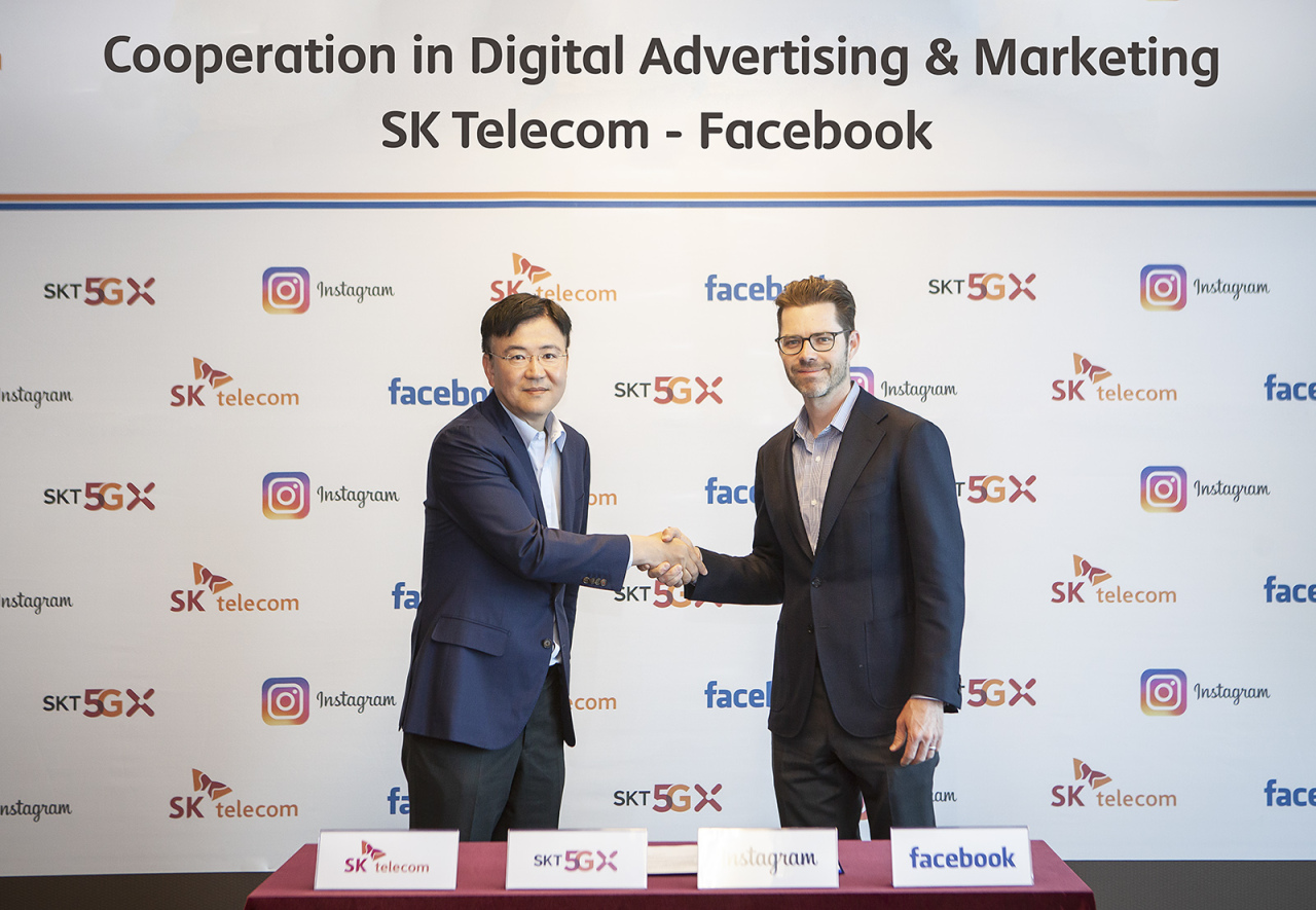 SKT innovation center chief Ha Hyung-il shakes with Instagram Vice President Jim Squires at SKT`s headquarter in Seoul. SKT