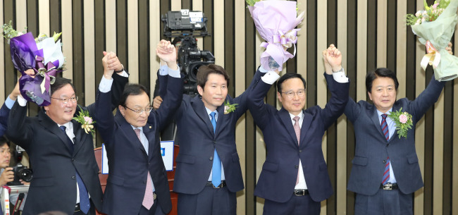 Rep. Lee In-young (center) was elected the new floor leader of ruling Democratic Party of Korea with 76 votes out of 125 in the final round competed against Rep. Kim Tae-nyeon on Wednesday. (Yonhap)