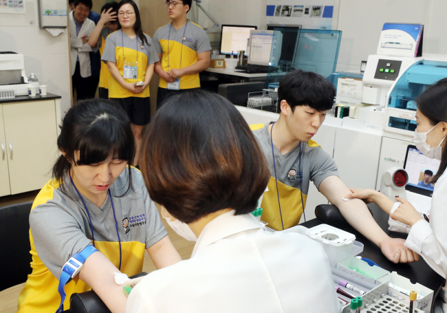 A mother and son get blood drawn at the Seoul Regional Military Manpower Administration on April 29. (Yonhap)