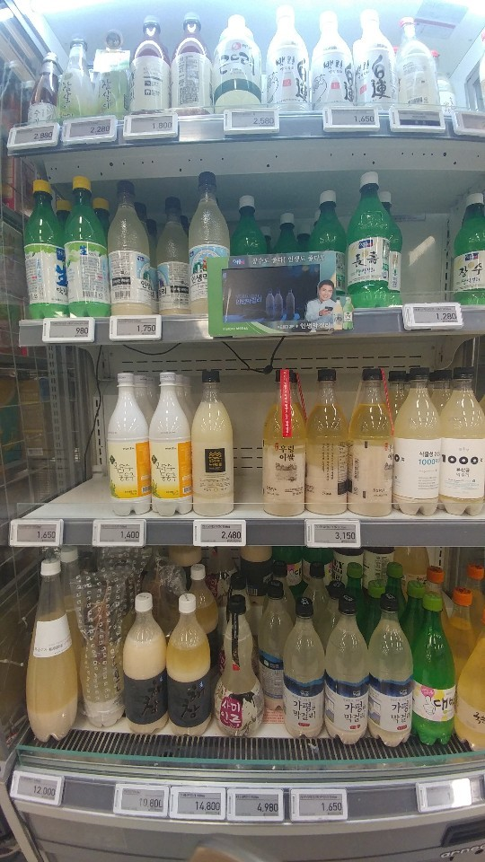 Various Makgeolli brands on display at an E-mart store in Yongsan, Seoul. (Lee Sun-young/The Korea Herald)