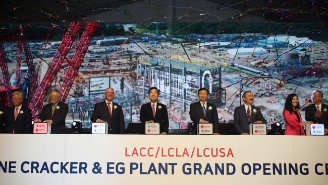 Lotte Group Chairman Shin Dong-bin (center right) and South Korean Prime Minister Lee Nak-yon (center left), attend the opening ceremony for Lotte Chemical's ethylene cracker complex in Lake Charles, Louisiana, Friday. (Yonhap)