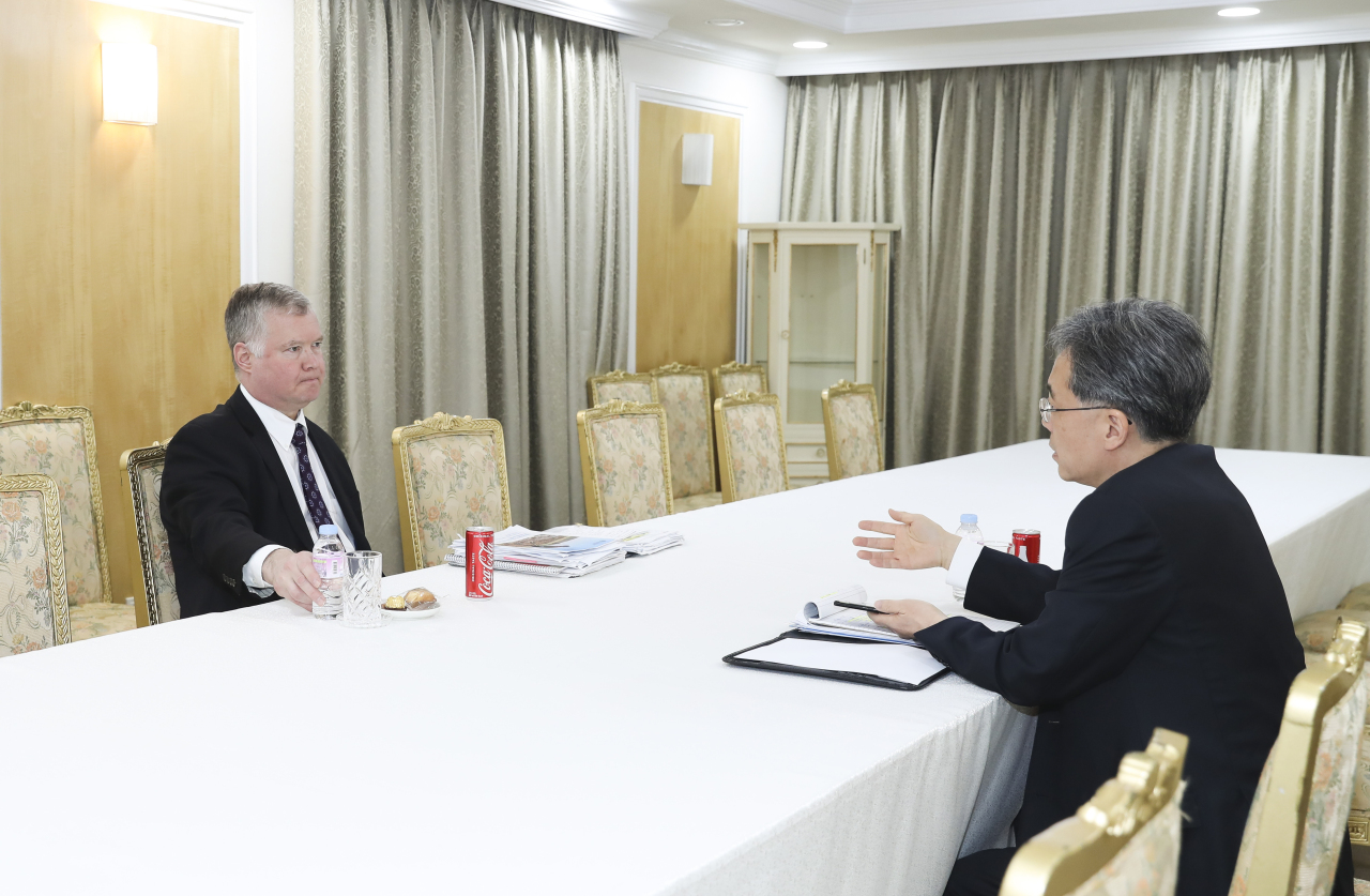 National Security Office deputy chief Kim Hyun-chong and US special envoy for North Korea Stephen Biegun discuss North Korean issues in Seoul on Friday. Yonhap