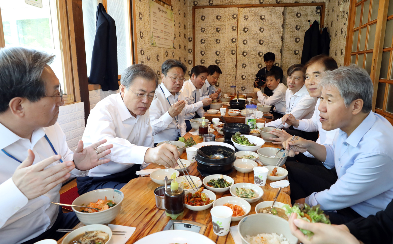 President Moon Jae-in attends a luncheon meeting with his key aides at a restaurant in Samcheong-dong, on Friday. (Yonhap)