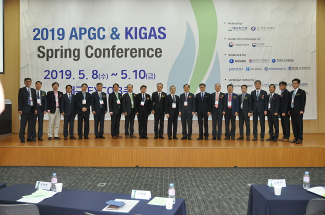 Attendants take a photo at 2019 APGC & KIGAS Spring Conference on Wednesday at Daegu Exhibition and Convention Center. (Korean Institute of Gas)