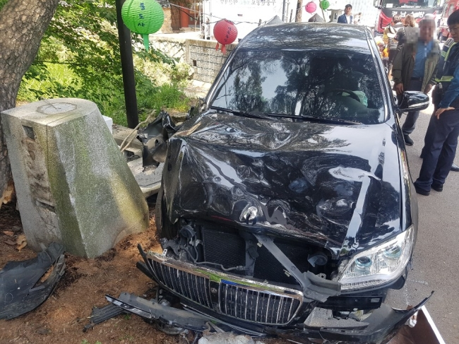 One person died and 12 were injured after a SsangYong Motor Chairman sedan drove into a crowd near the entrance to Tongdosa Temple in Yangsan, South Gyeongsang Province, on Buddha's Birthday, Sunday. (Yonhap)