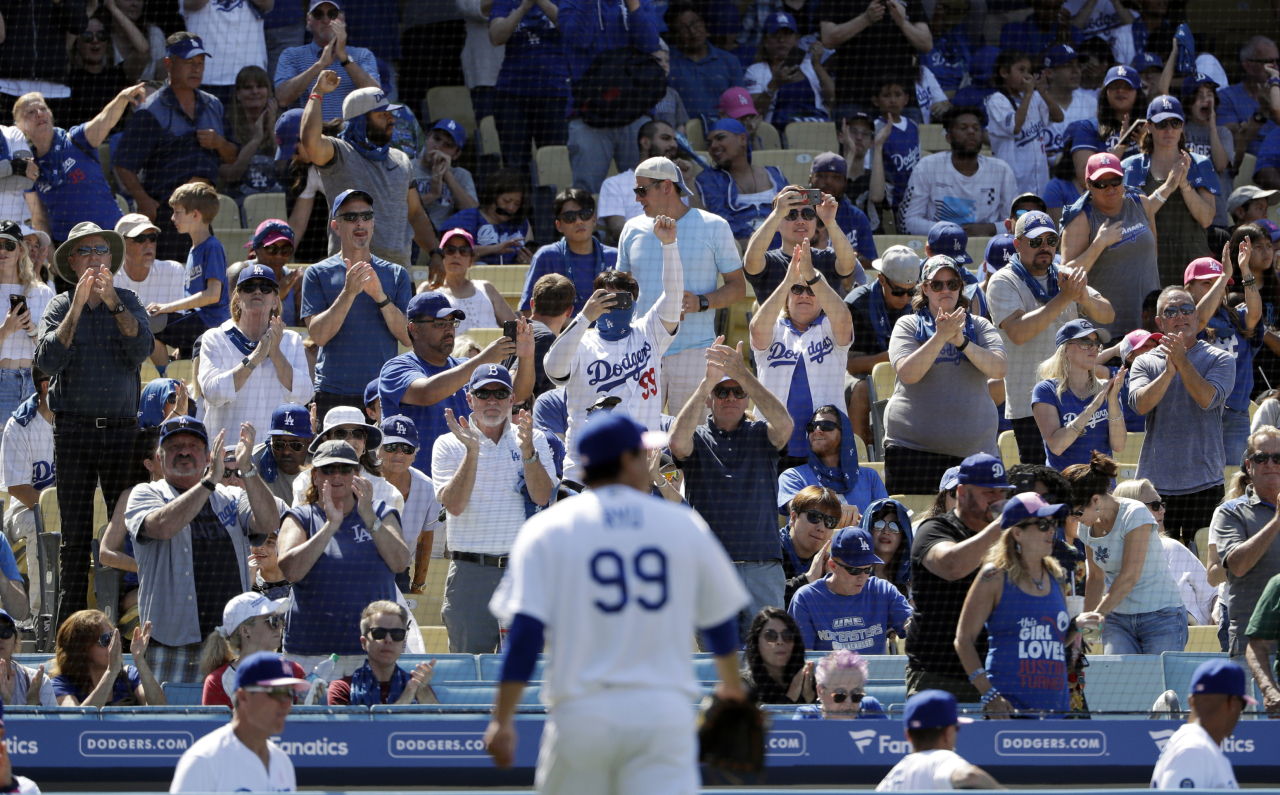 The crowd cheers for Los Angeles Dodgers starting pitcher Hyun-Jin Ryu (99) as he walks off the field during the eighth inning of a baseball game against the Washington Nationals, Sunday, May 12, 2019, in Los Angeles. (AP)