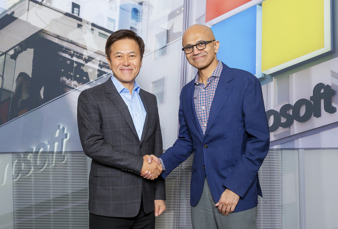 SKT-MICROSOFT PARTNERSHIP -- SK Telecom CEO Park Jung-ho (left) and Microsoft CEO Satya Nadella shake hands during a meeting at Microsoft's headquarters in Redmond, Washington. SKT said Monday the two have signed a memorandum of understanding agreeing to collaborate in areas including 5G, artificial intelligence and cloud computing to foster new business opportunities. (SKT)