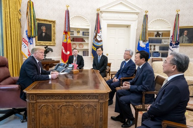 US President Donald Trump (left) talks with Lotte Group Chairman Shin Dong-bin (second from right) at the White House on Monday. (Lotte Corporation)