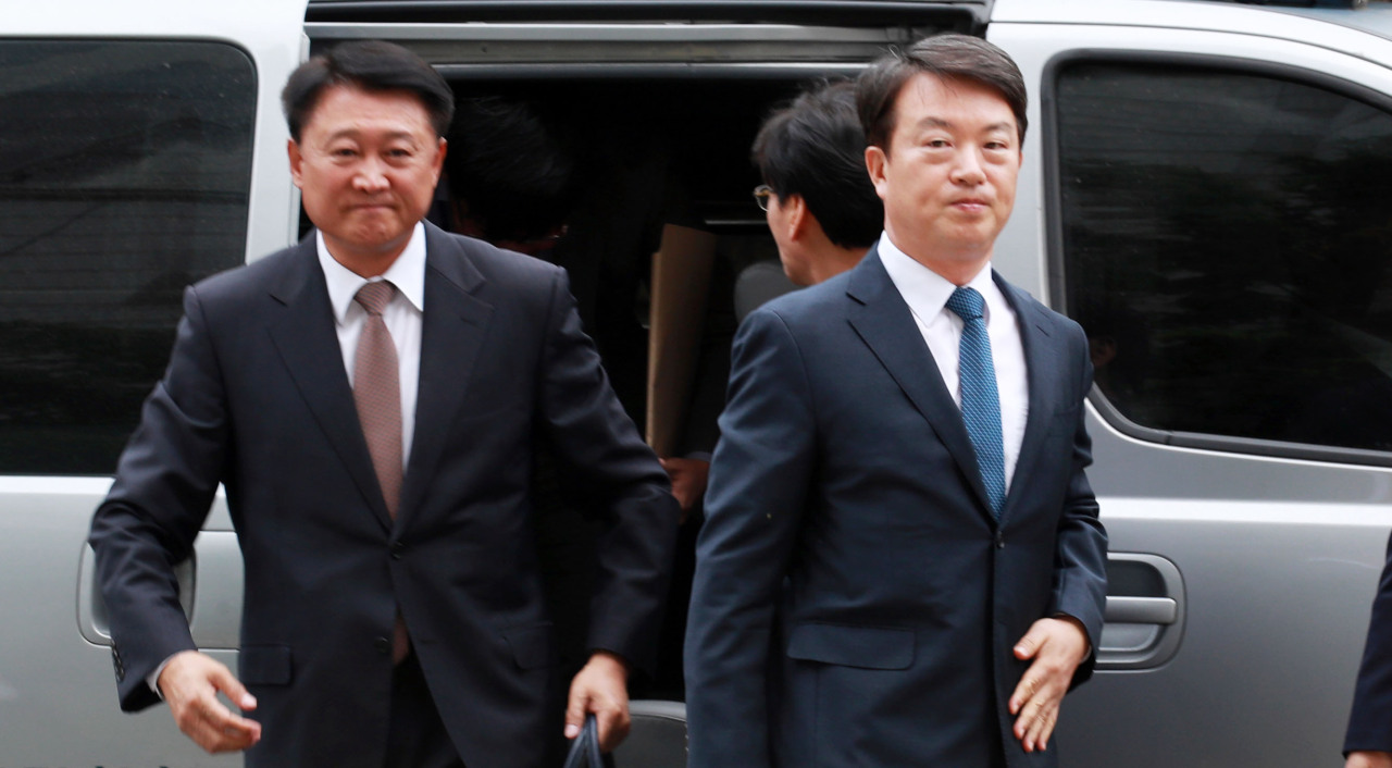 Kang Shin-myung (right) and Lee Cheol-seong
