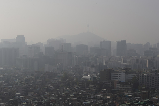 Fine dust blankets the Seoul sky. (Yonhap)