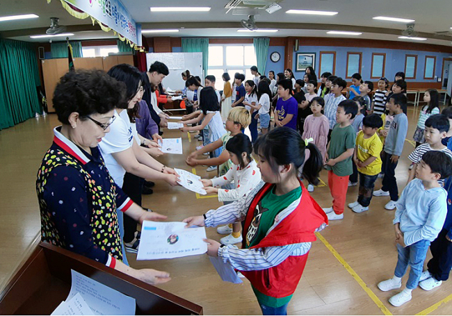 Students at an elementary school on Jeju Island present handwritten letters to their teachers on Wednesday. (Hado Elementary School/Yonhap)