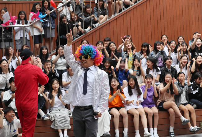 A teacher clowns around with students at a middle school in Seoul on Wednesday. (Yonhap)