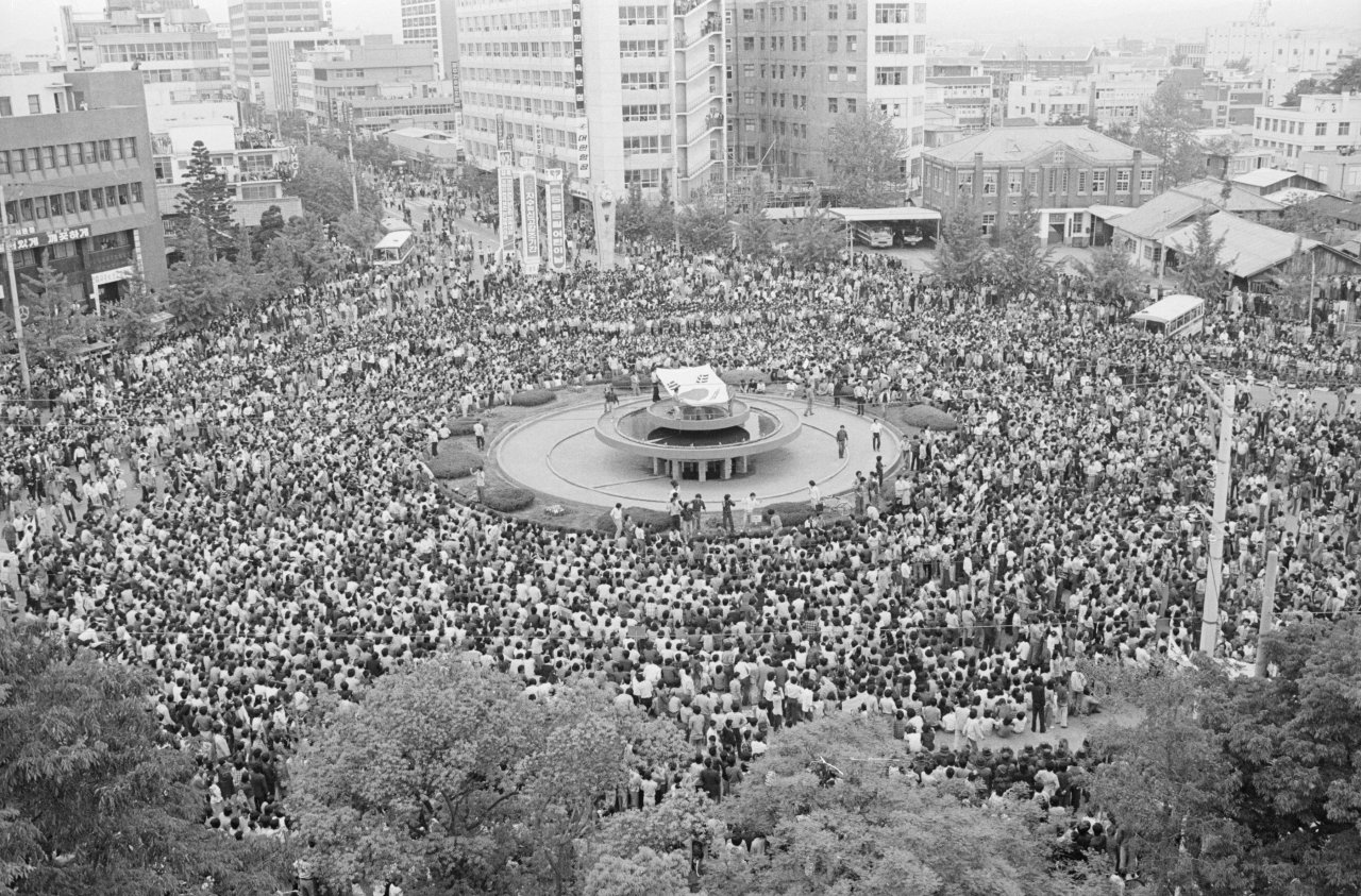 Gwangju citizens gather around a fountain in front of the former South Jeolla Provincial Government building. The Gwangju government has preserved the fountain, which has become a symbol of the Gwangju Democratic Uprising. (The May 18 Memorial Foundation)