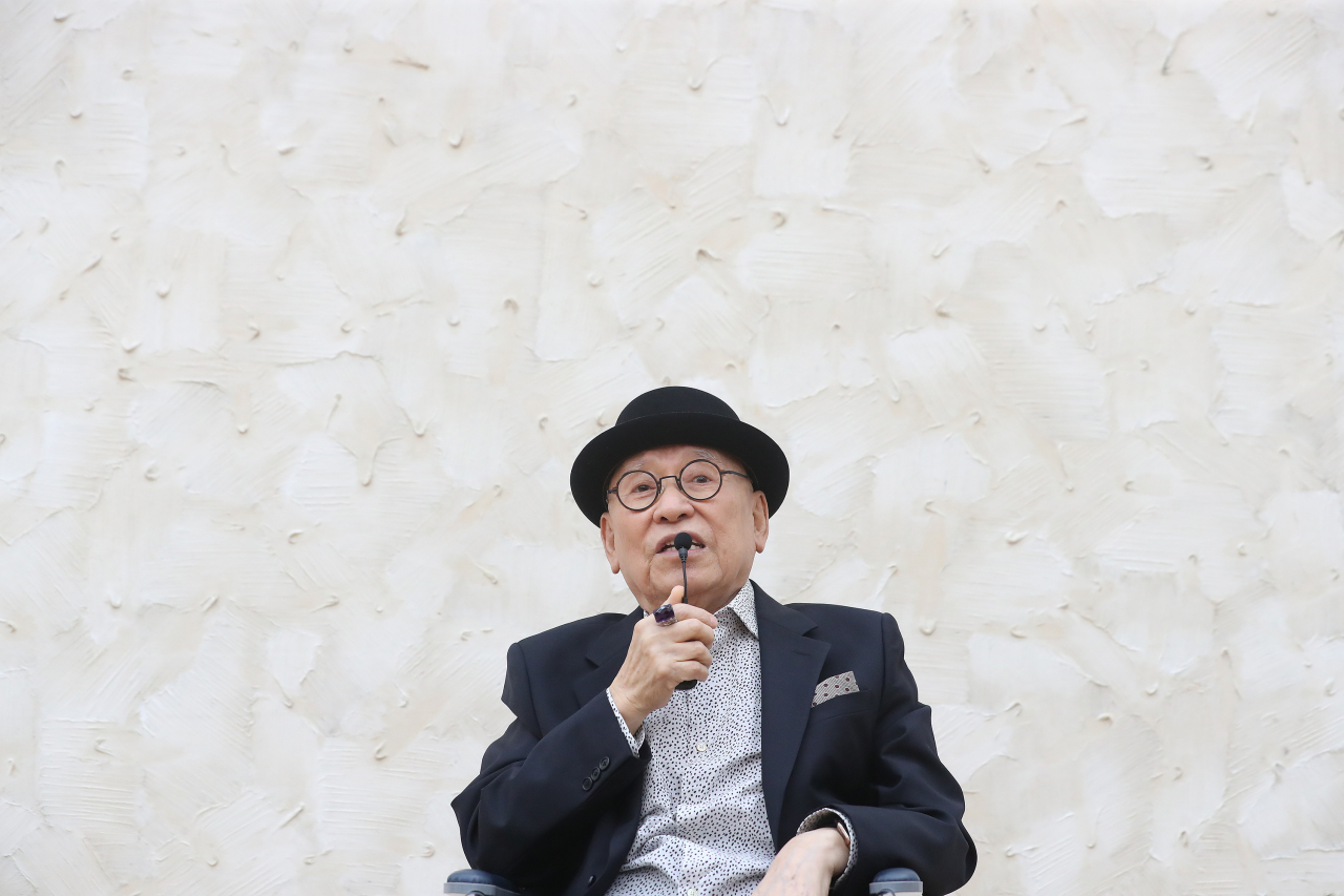 "Artist Park Seo-bo explains his retrospective ""Park Seo-bo: The Untiring Endeavorer"" during a press conference Thursday at the MMCA's Seoul branch. (Yonhap)"