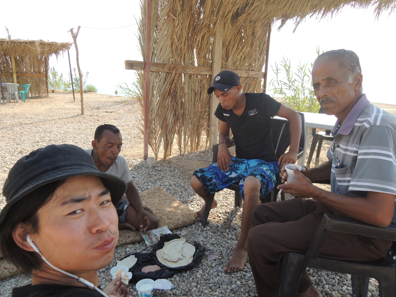 Jung Yun-ho (left) with street vendors of Jordan (Photo credit: Jung Yun-ho)