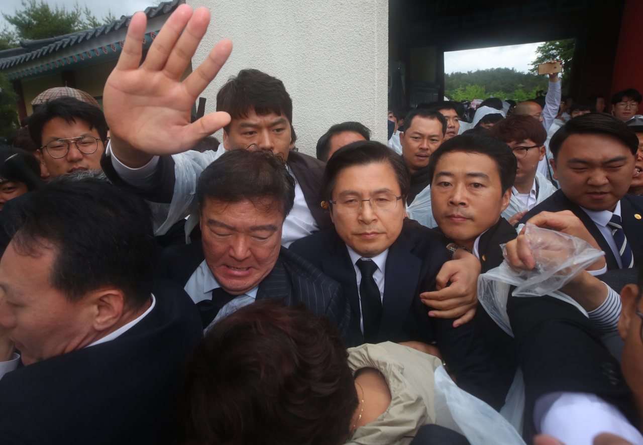 Some civic group members protest the arrival of Hwang Kyo-ahn, the leader of the main opposition Liberty Korea Party, in the southwestern city of Gwangju on Saturday. (Yonhap)