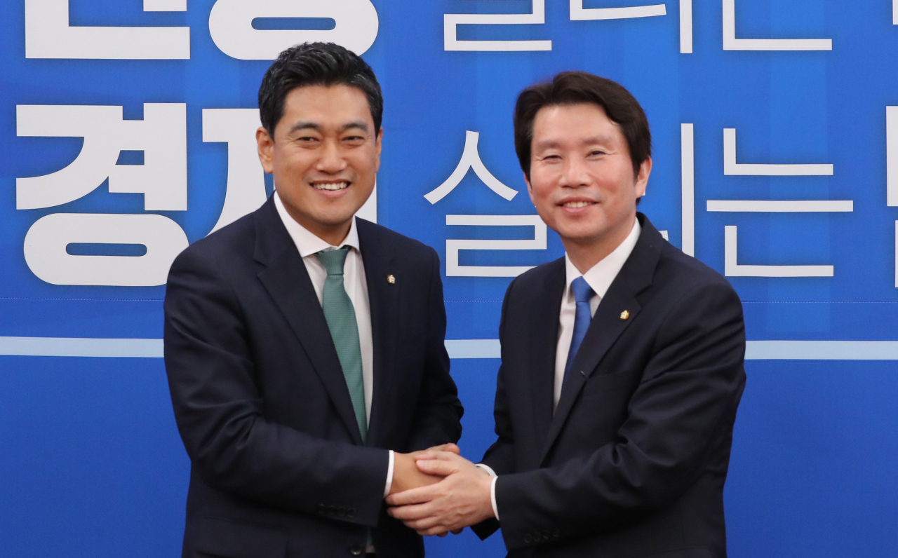 Newly elected Bareunmirae Party Floor Leader Oh Shin-hwan (left) shakes hands with Floor Leader Lee In-young of the ruling Democratic Party during Oh's courtesy visit to Lee last week. (Yonhap)