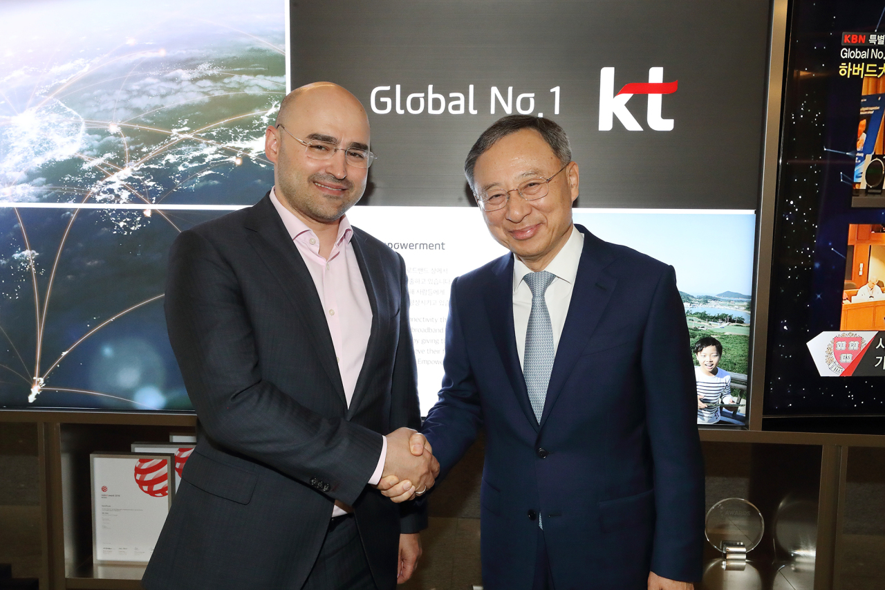 KT's chief Hwang Chang-gyu(left) shakes hands with MTS Group CEO Alexey Kornya on Friday at KT's headquarters in downtown Seoul. KT