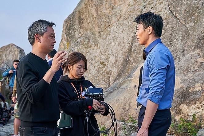 "Director Kang Yoon-sung (left) speaks to Kim Rae-won during the filming of ""Long Live the King."" (Megabox Joongang Plus M)"