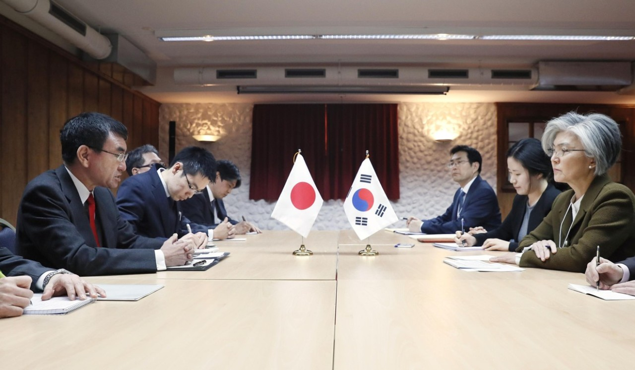 Japanese Foreign Minister Taro Kono (far left) and his South Korean counterpart Kang Kyung Wha hold talks in Davos, Switzerland, on January 23. (Kyodo)
