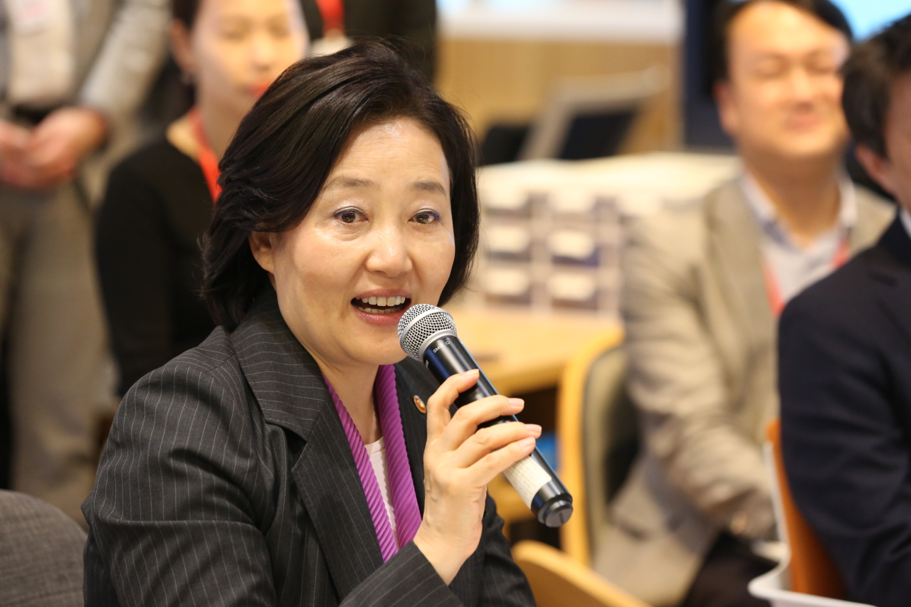 Minister of SMEs and Startups Park Young-sun speaks to startup CEOs and investors in a meeting held by Lotte accelerator L-CAMP at the Busan Center for Creative Economy & Innovation in the port city on May. 13. (Yonhap)
