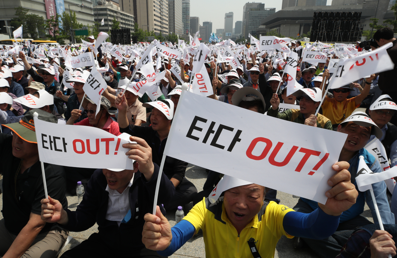 Cab drivers on Friday held a massive rally in central Seoul to denounce Tada car-pooling service for destroying taxi industry. Yonhap