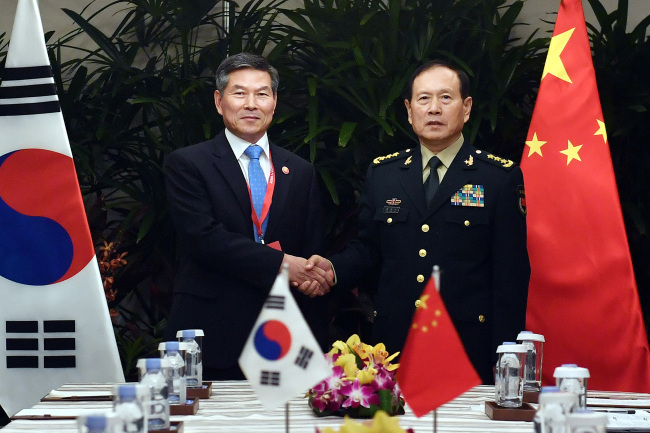 South Korean Defense Minister Jeong Kyeong-doo and his Chinese counterpart, Wei Fenghe (Yonhap)
