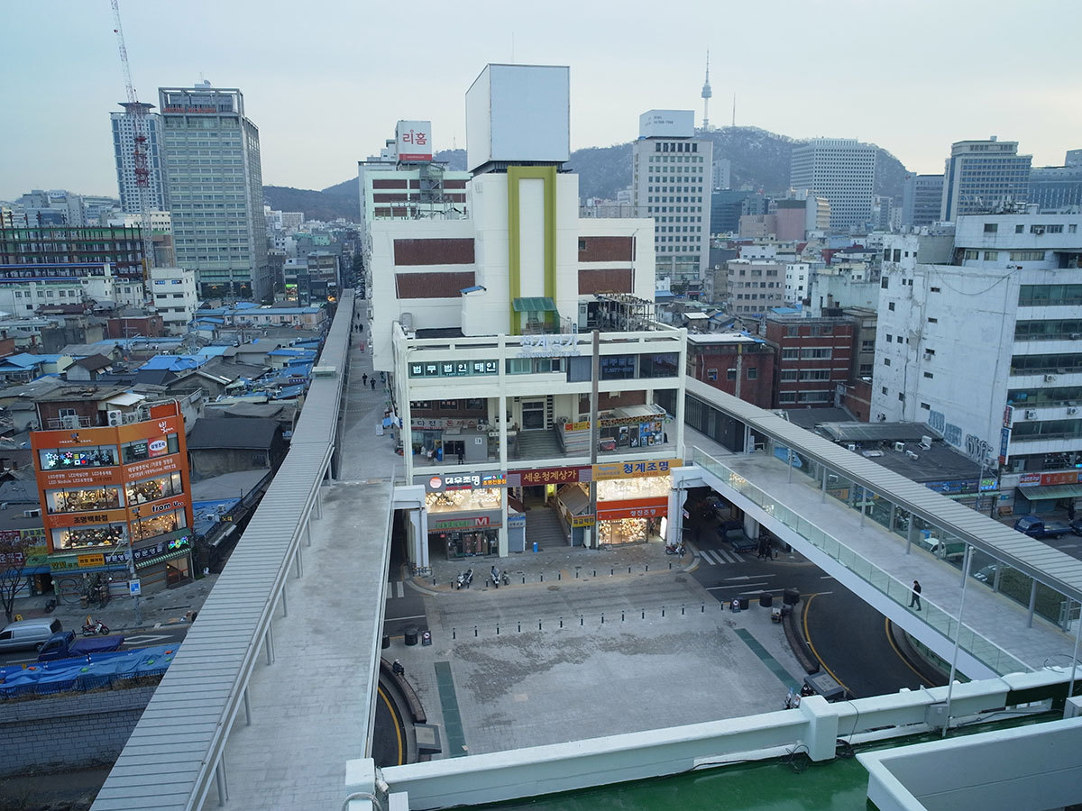 A picture of pedestrian decks in Sewoon Sangga (Courtesy of the architect)