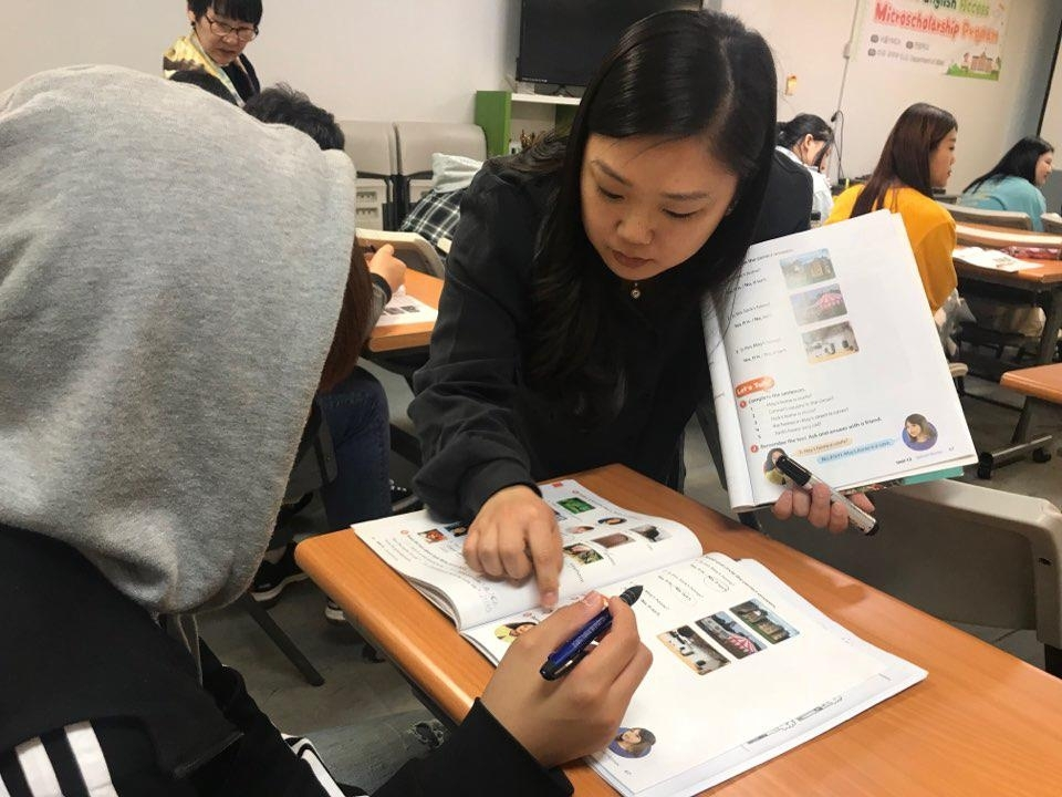 Makia Thomas teaches a student during an Access program class at Great Vision School, an alternative school for North Korean defectors, located in Uijeongbu, north of Seoul. (Yonhap)