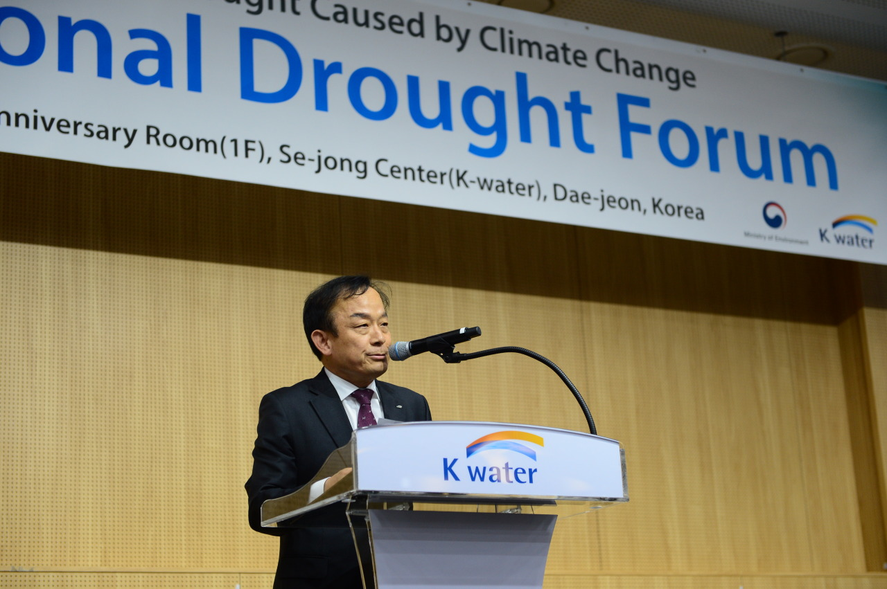 K-water CEO Lee Hak-soo delivers his speech during 2019 International Drought Forum, a conference on drought and climate change, in Daejeon, Thursday. (K-Water)