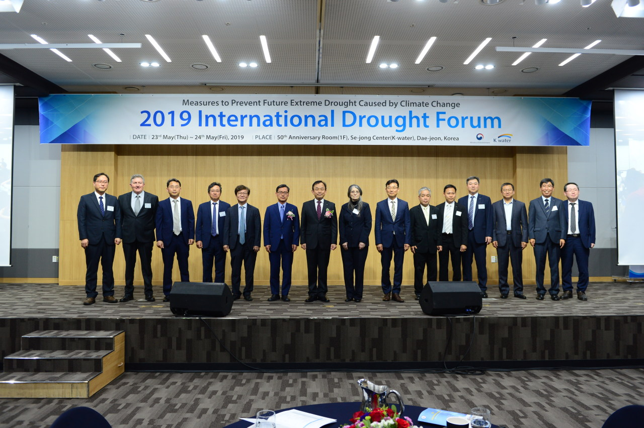 Participants of 2019 International Drought Forum, a conference for drought and climate change, pose during the opening ceremony at K-Water's head office in Daejeon on Thursday. (K-Water)
