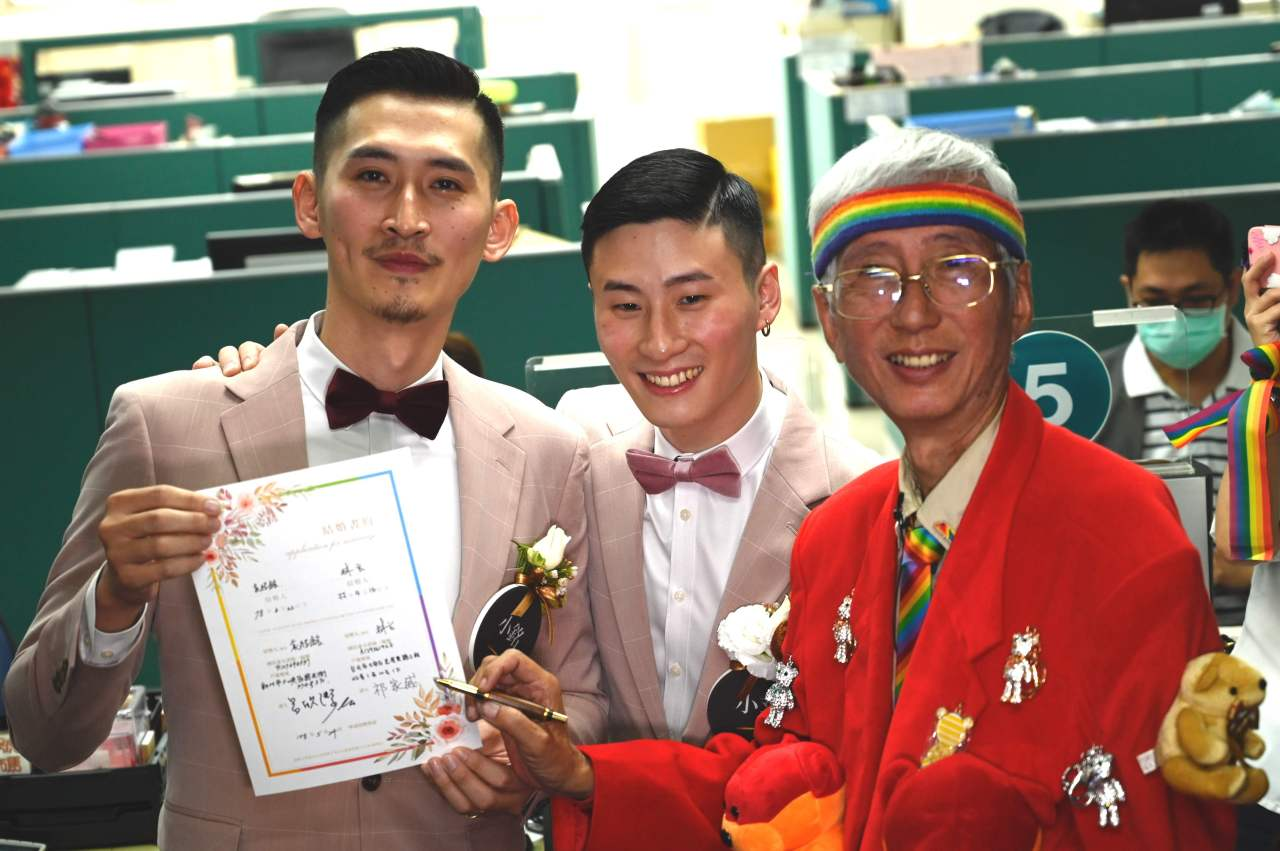 Taiwan`s gay activist Chi Chia-Wei (right) signs a wedding certificate for gay couple Shane Lin and Marc Yuan (left) after registering at the Household Registration Office in Shinyi District in Taipei on May 24, 2019. (AFP=Yonhap)