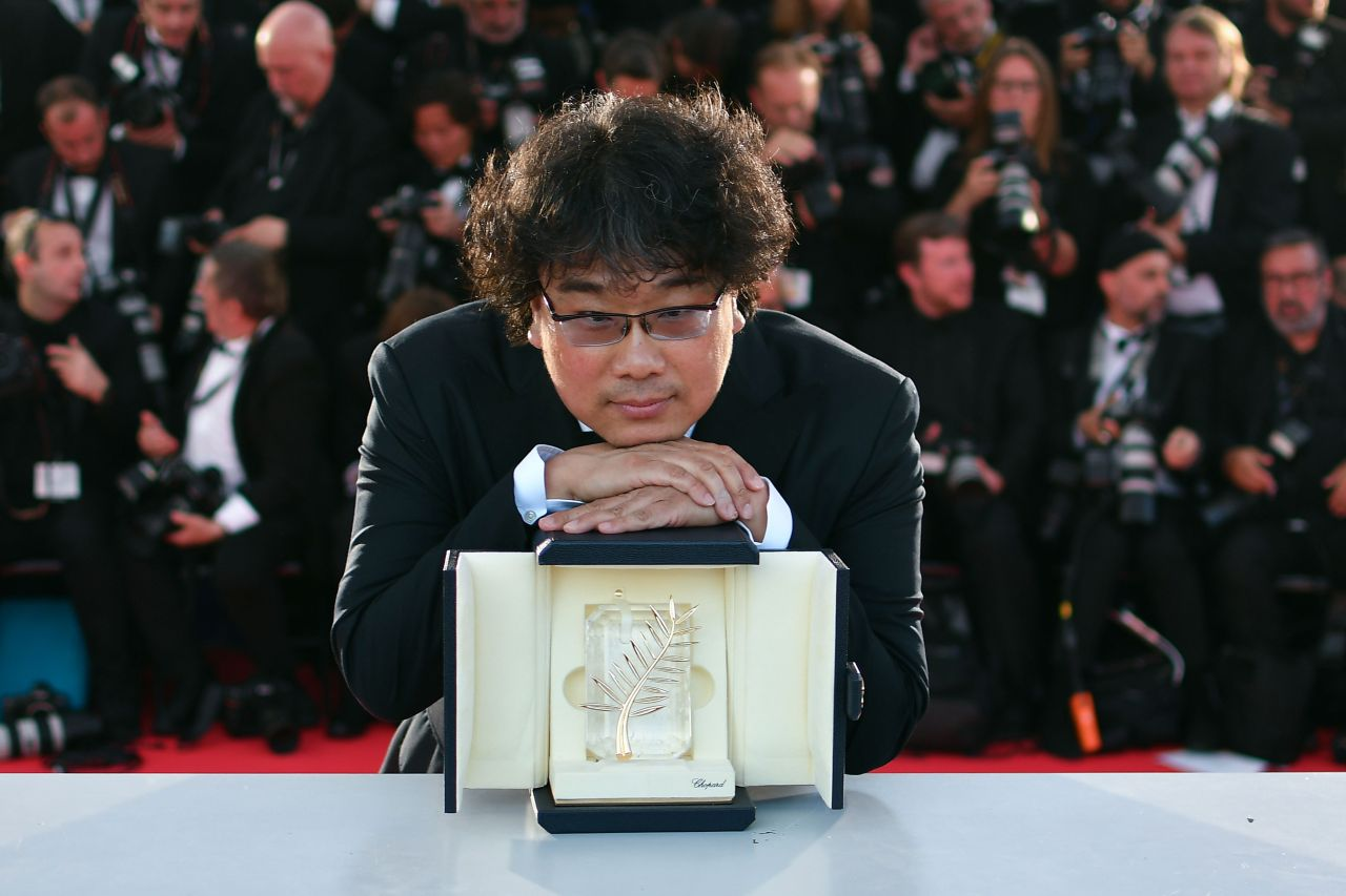 "South Korean director Bong Joon-Ho poses during a photocall with his trophy after he won the Palme d'Or for the film ""Parasite"" at the Cannes Film Festival in Cannes, France, Saturday. (AFP-Yonhap)"