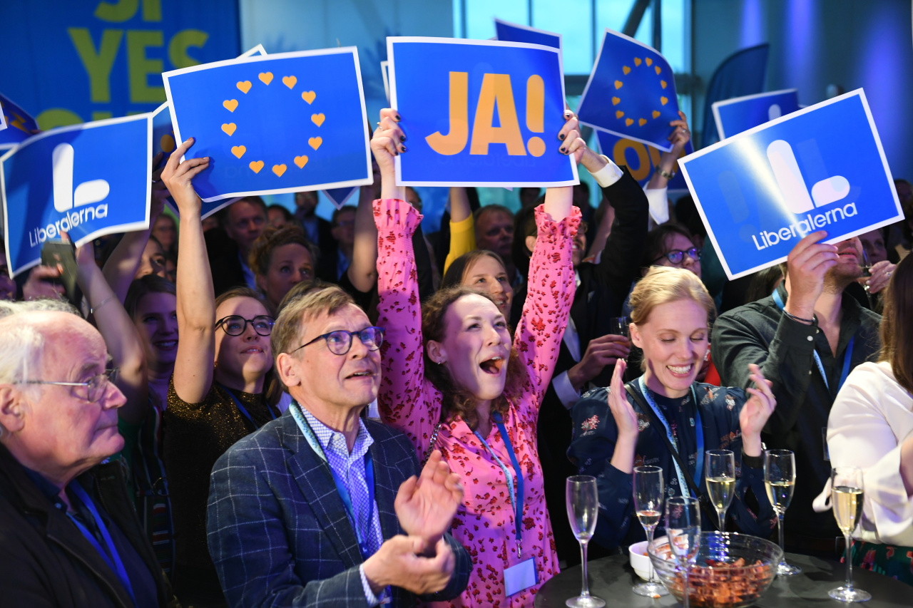 Party members celebrate during the Liberal party (Liberalerna) election night watch party in Stockholm, Sweden on May 26, 2019. (Reuters=Yonhap)