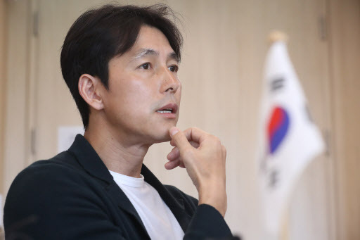 UNHCR goodwill ambassador Jung Woo-sung speaks to reporters at the UNHCR office in Seoul on Tuesday. Yonhap